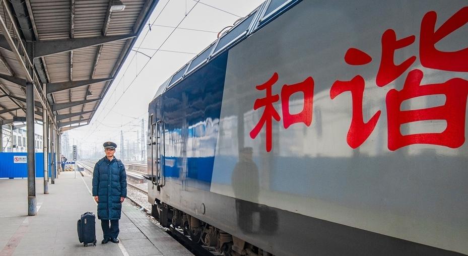 新春走基層綠皮(pi)車(che)的不變守候(hou)