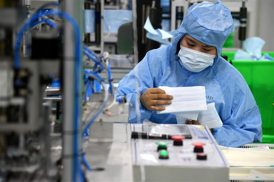 青岛:口罩生产企业加班保障医用口罩供应