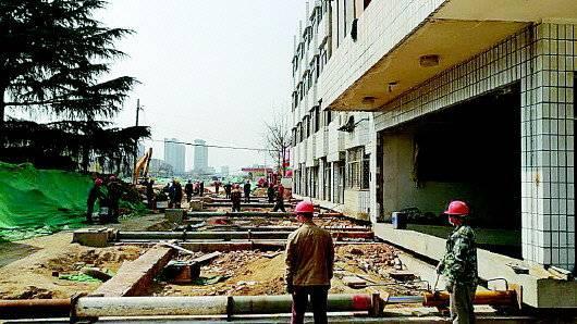 兩百噸大樓5個半小時挪動6米 泰安大樓挪窩成功
