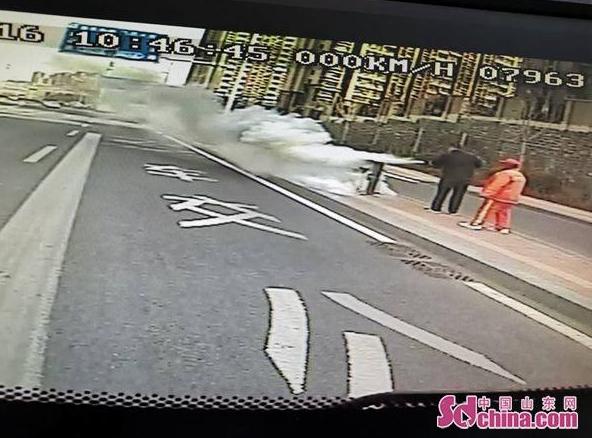 濟南︰路邊(bian)垃(la)圾桶燃起大火 公交駕駛員沖了(liao)過去