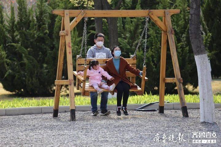 放風(feng)箏、蕩秋千……濟南(nan)植物(wu)園周末迎來(lai)不(bu)少游客