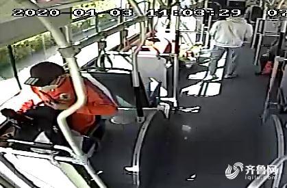 小伙(huo)子乘公交,不慎丟了萬(wan)元相機(ji)!幸好被司機(ji)撿到