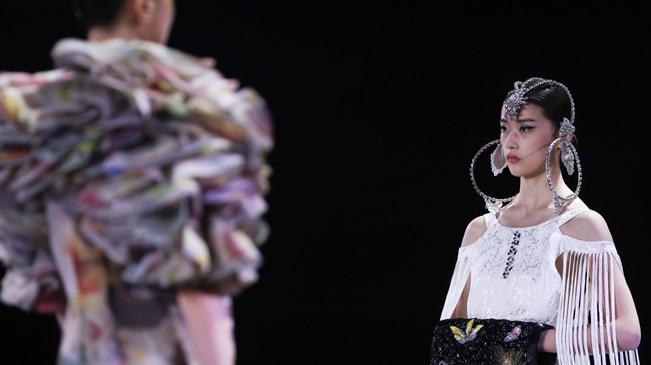直擊時裝周現場 看模特玩轉時尚
