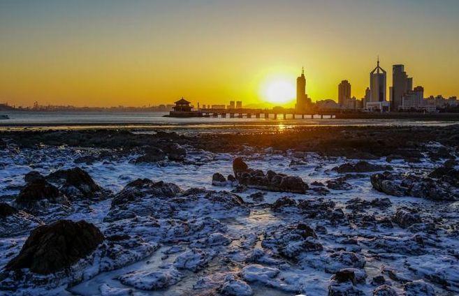 似夢似幻 嚴寒天氣成就青島前海沿另一番夕陽美景