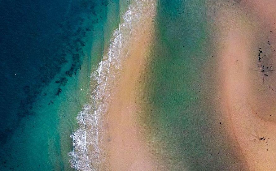 青島顧家島附近海域退潮後現五彩沙灘 好似熱帶群島