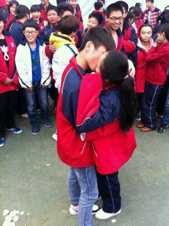 初中生求爱接吻当众舌吻同学围观_新华网山东